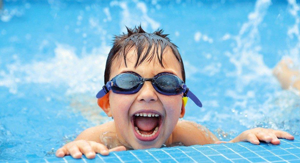 lakeudelle Härmän kylpylä lapsi nauttimassa vedestä