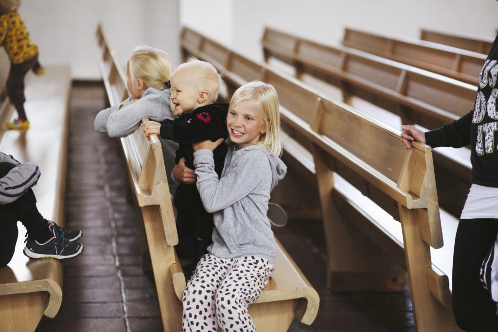 Seinäjoen Aalto-keskus lapset kirkon penkillä